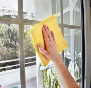 smear-free-window-cleaning-and-polishing-with-microfibers-300x292